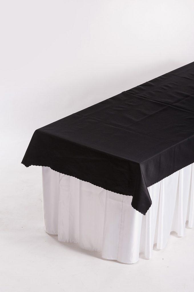 Cateringový stôl, biela sukňa a čierny obrus