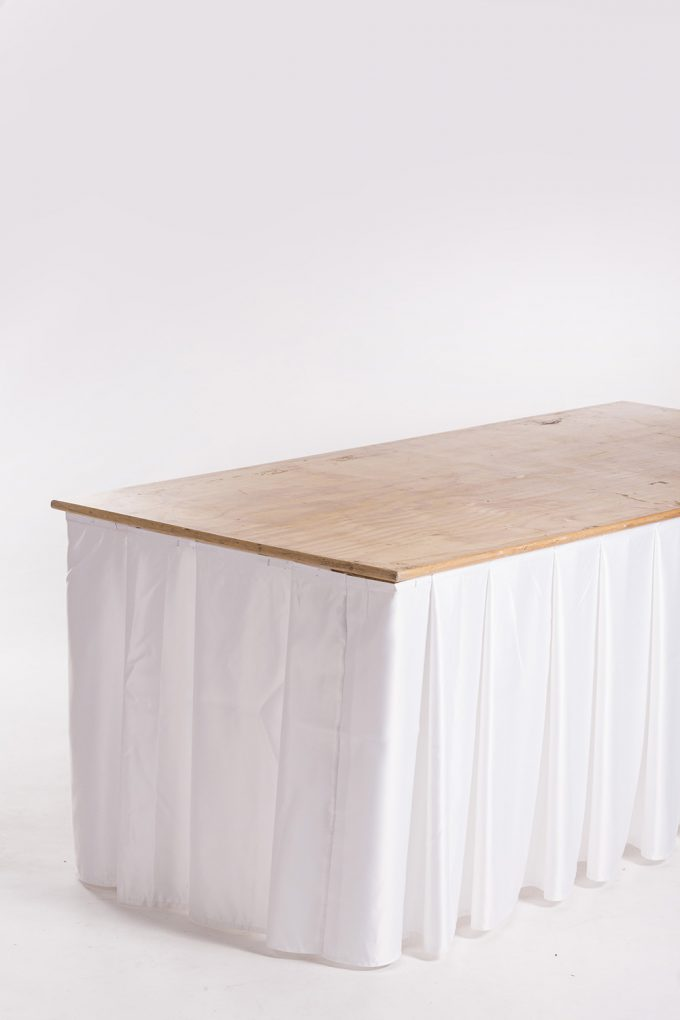 Cateringový stôl s bielou sukňou