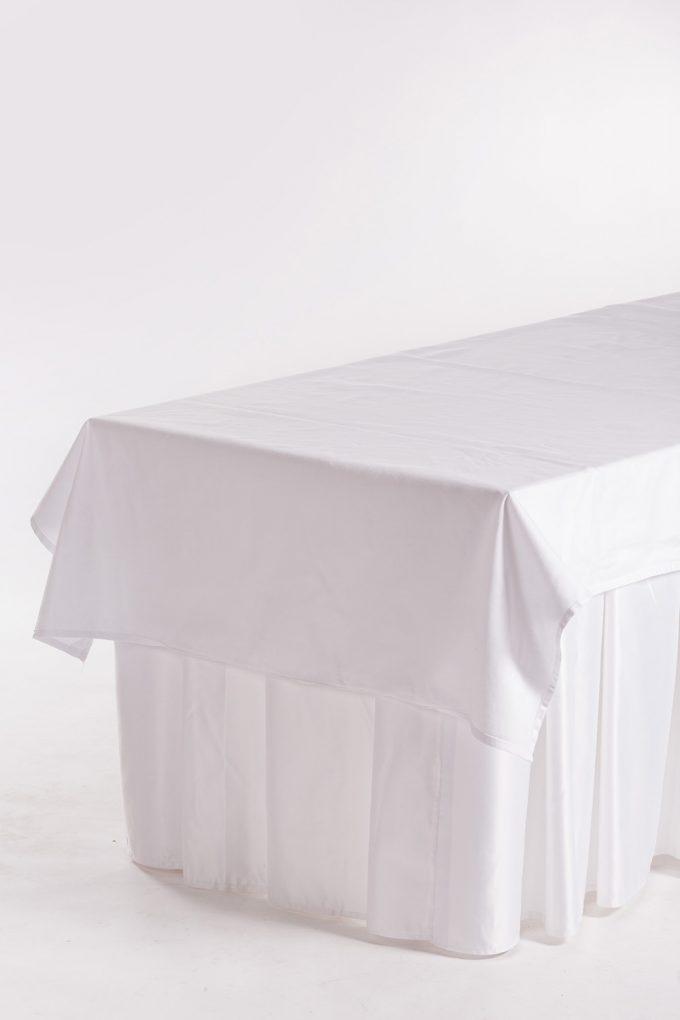 Cateringový stôl, biela sukňa a biely obrus