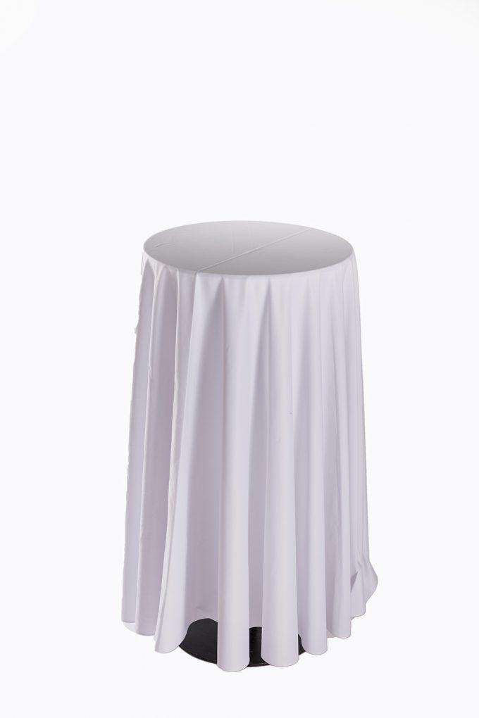 Stand by stôl s bielym obrusom po zem