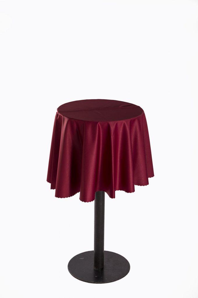 Stand by stôl s bordovým obrusom