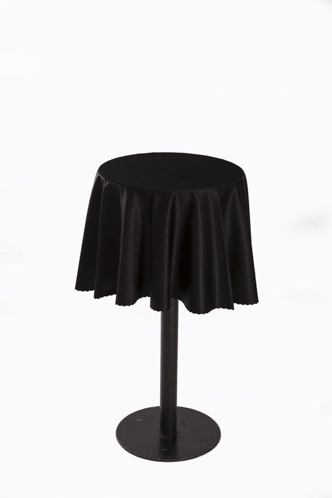 Stand by stôl s čiernym obrusom