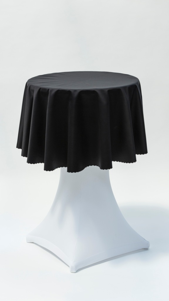 Stand by stôl, strečový biely s čiernym obrusom
