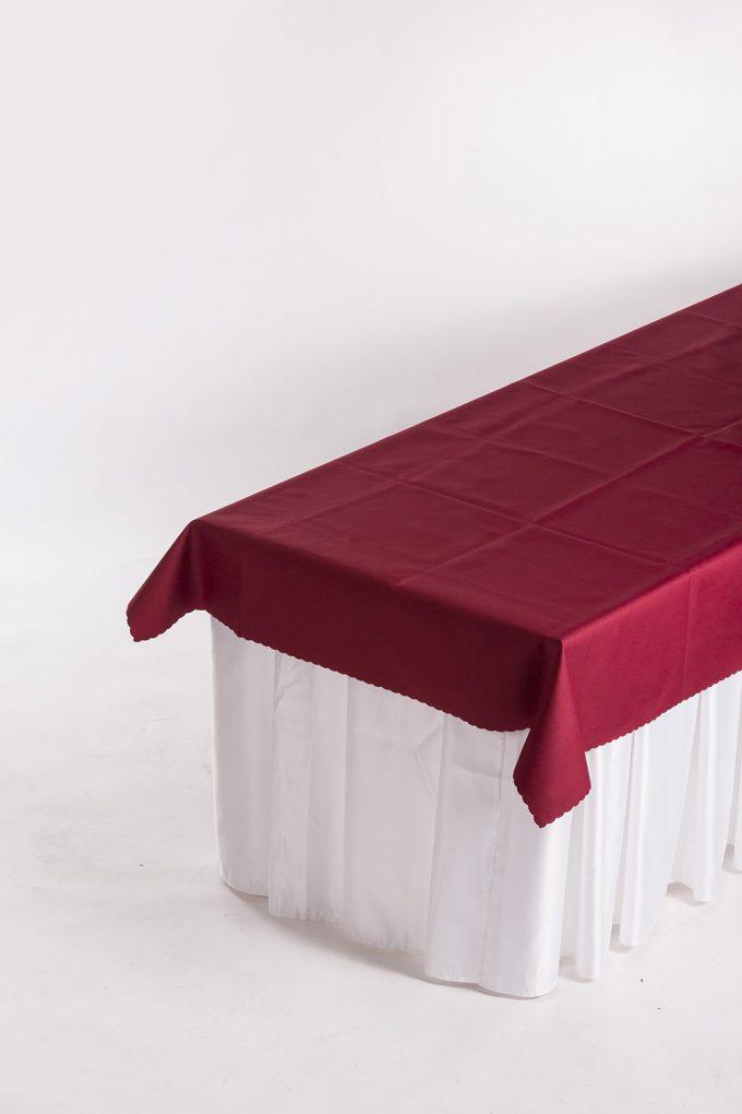 Cateringový stôl, biela sukňa a bordový obrus