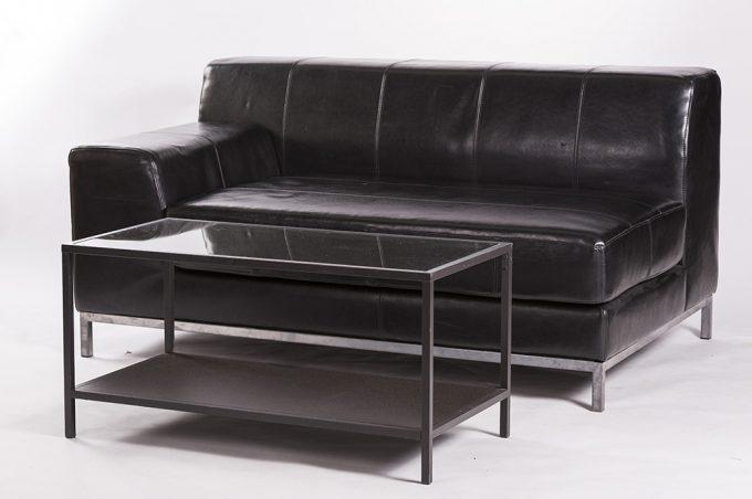 Kožená sofa 2-ka bez operadla, čierna s konferenčným stolom