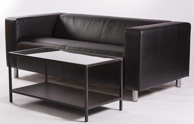 Kožená sofa, tmavá s konferenčným stolom
