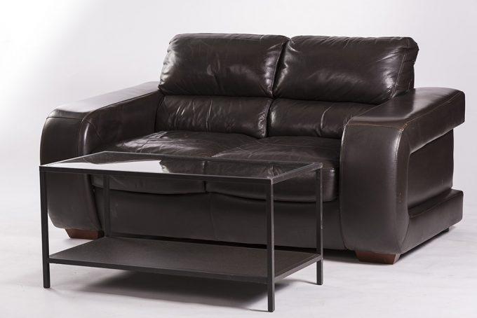 Kožená sofa, tmavá, pohodlná s konferenčným stolom