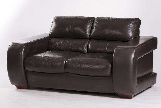 Kožená sofa, tmavá, pohodlná