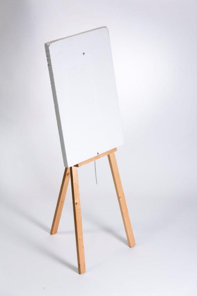 Drevený stojan na obrazy