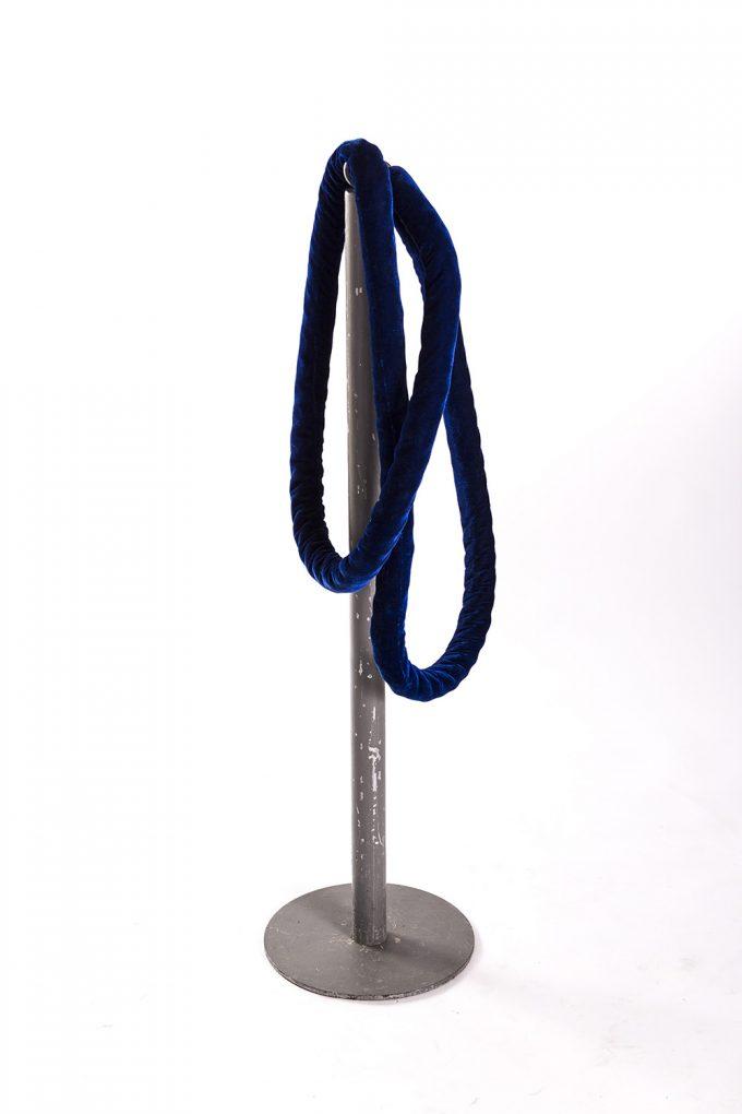 Stĺpik, strieborný s modrým lanom